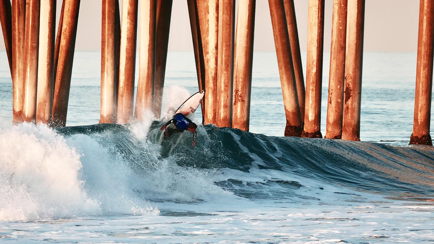 Rapaz a surfar