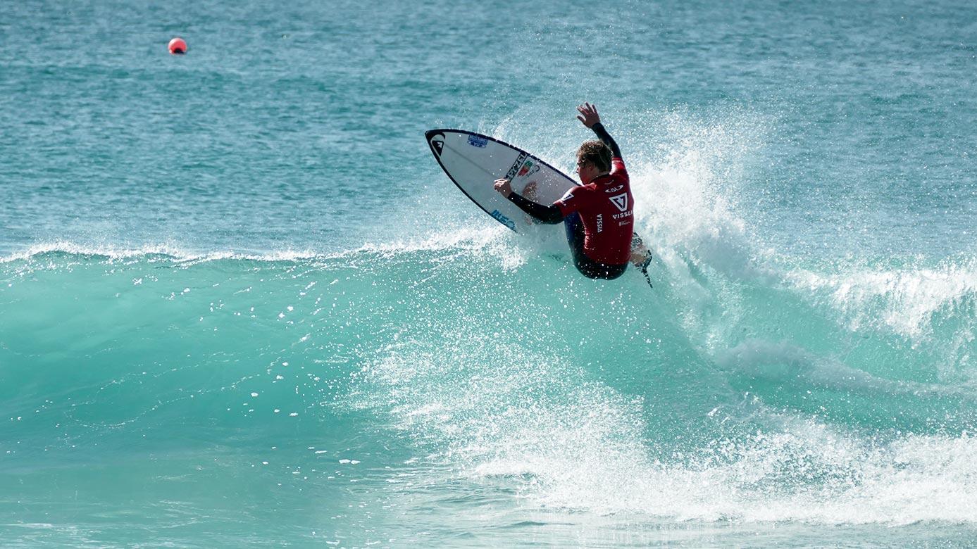Rapaz a surfar na onda