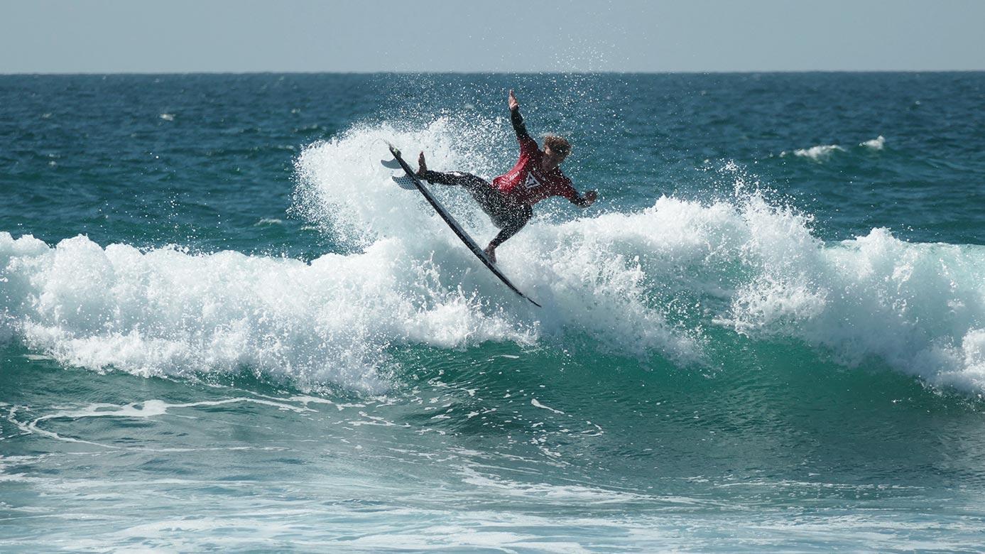 Rapaz na onda a fazer surf