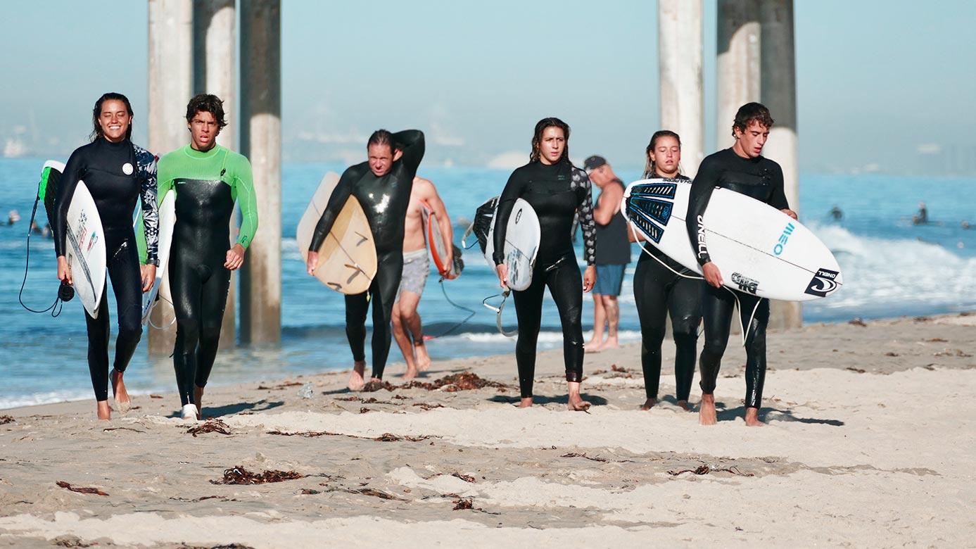 Surfistas a sairem da água
