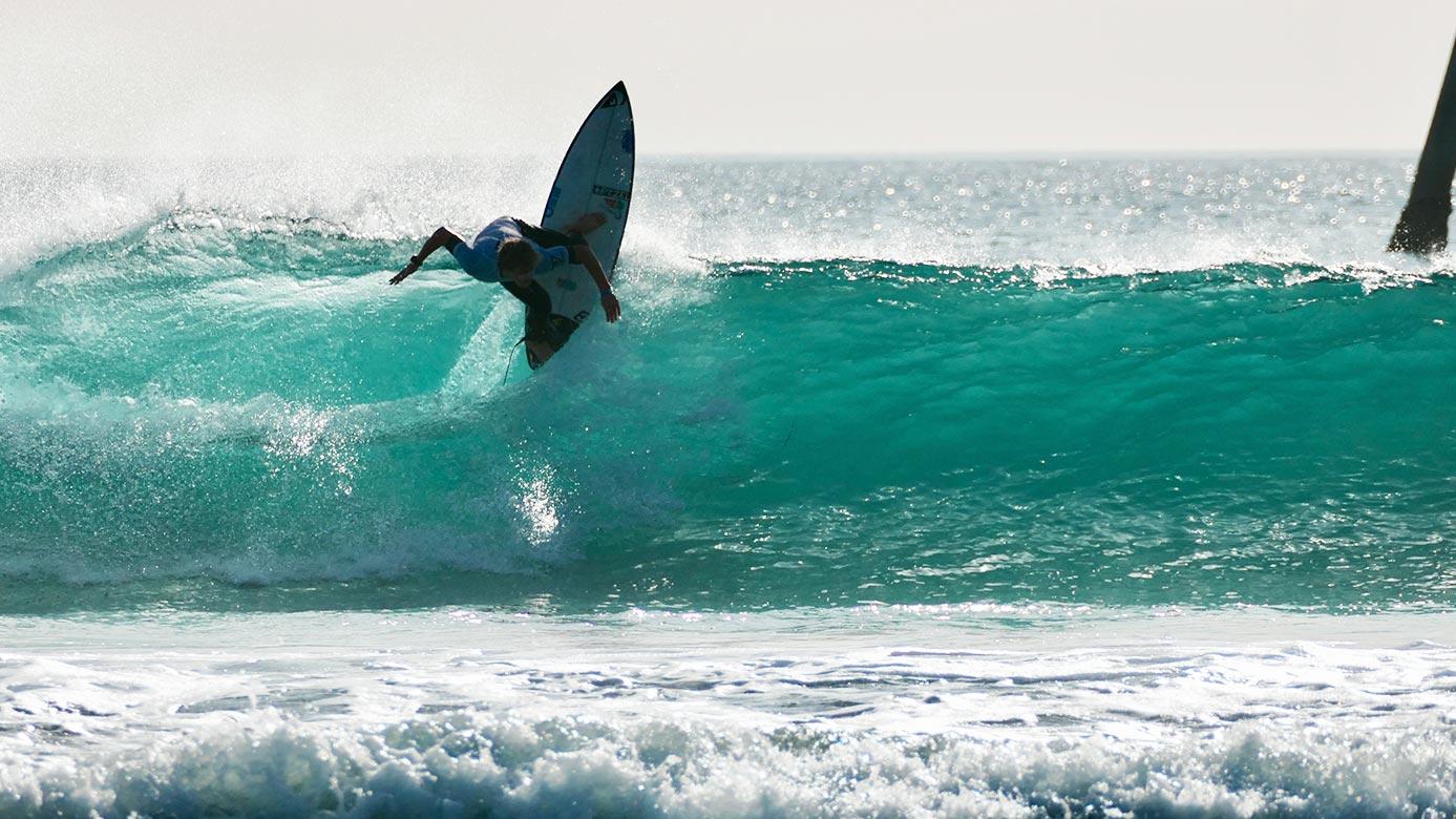 Surfista a fazer uma acrobacia na água